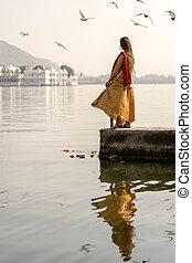 solitaire, indien, femme, dans, a, beau, robe, regarde, les, lac, dans, udaipur, rajasthan, inde