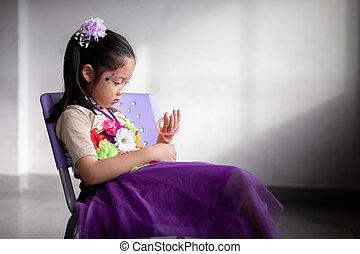 solitario, bambino asiatico, seduta, solo, e, abbandonato