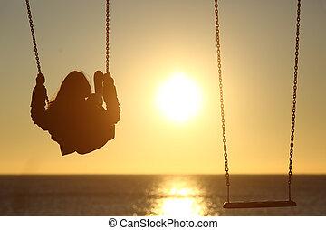 solitario, donna, silhouette, oscillazione, a, tramonto, spiaggia