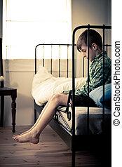 solitario, giovane ragazzo, sedendo letto, dentro, suo, stanza