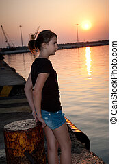 solitario, ragazza adolescente, seduta, su, bacino