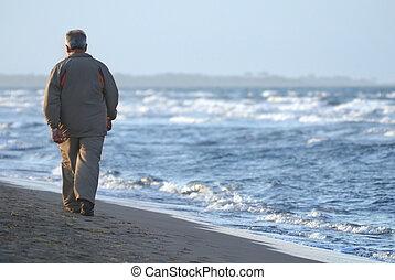 solitario, spiaggia, camminare, uomo, più vecchio