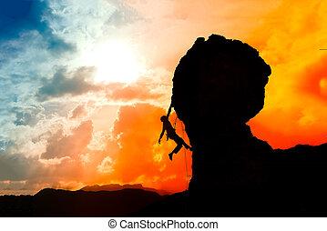 solitario, trepador, casi, en la cima de, el, montaña, en, ocaso, con, un, colorido, cielo
