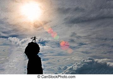 solitario, trepador, en, la cumbre, de, el, montaña, después, el, conquista, preparando, el, soga, para, el, bajada