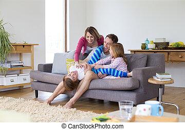 Solletico piedi figlia gioco mamma fotografia d for Piani di casa rambler con seminterrato sciopero