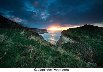 solnedgång, över, klippor, in, ocean
