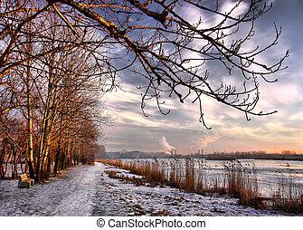 solnedgång, in, avsluta, av, vinter, stad, insjö