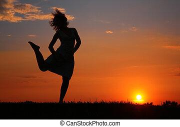 solnedgång, kvinna, silhuett, dansande