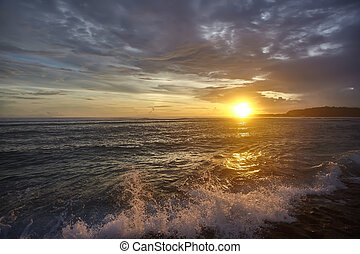 solnedgång, stranden, med, vacker, sky