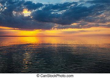 solnedgång, stranden, med, vacker, sky.