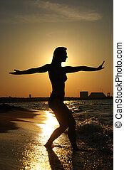 solnedgång, tai-chi, på, a, strand