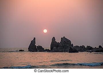 solnedgang, ind, den, hav, mellem, klipperne