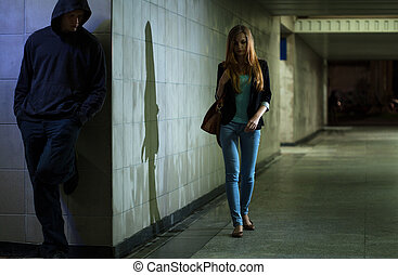 solo, el caminar de la mujer, noche