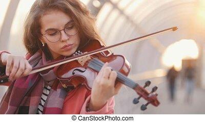solo, femme, inspiré, jeune, rue, violon, jouer