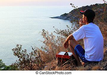 solo, hombre, mirar, con, esperanza, en, horizonte, con, luz del sol, durante, ocaso