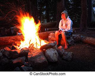 solo, mentre, falò, ragazza, campeggio