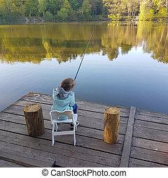solo, niño pequeño, pesca, de, de madera, muelle, en, lago