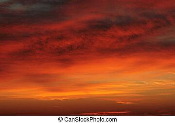 solopgang, skyet himmel
