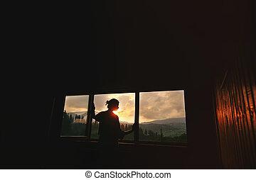 solsken, koppla av, synhåll, silhuett, ögonblick, utrymme, begrepp, solnedgång, trä villa, stilla, kvinna, fönster, mountains, text