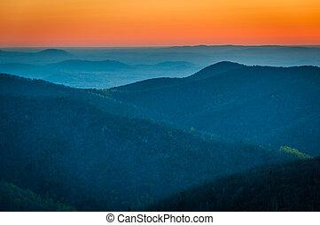 soluppgång, över, den, appalachian mountains, sett, från, skylinedrev, in, shenandoah nationell park, virginia.