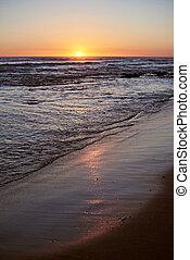 soluppgång, reflexion, på, strand sandpappra