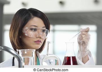 solution., frau, wissenschaftler, analysieren