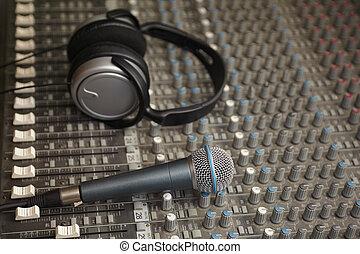 som, microfone, antigas, fones, foco, misturador, sujo,...