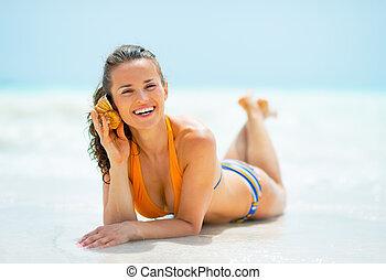 som, mulher, mar, deitando, jovem, costa, escutar, feliz