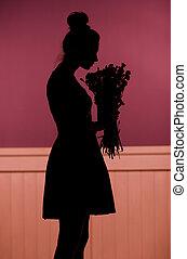 sombra, de, a, mulher segura, um, buquê flores