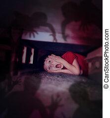 sombras, niño, espantado, noche, cama, mirar, debajo