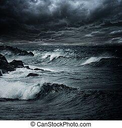 sombre, ciel orageux, sur, océan, à, grandes vagues