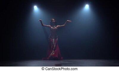 sombre, danse lente, danse, débuts, mouvement, arrière-plan., noir, ventre, fumée, girl, studio.