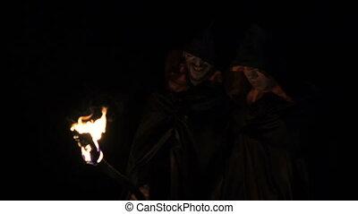 sombre, gens, brûler, forest., manteaux, noir, mains, lentement, crier