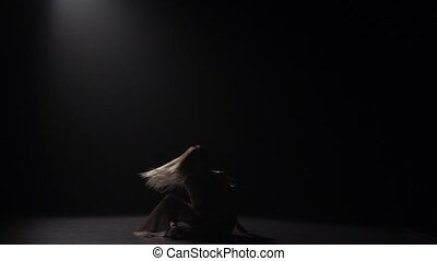 sombre, lent, pratiquer, contemporain, mouvement, danseur, studio, sous, spotlight.