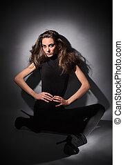 sombre, studio, séance, habillé, cheveux, mince, plancher, jeune, long, charme, combi, noir, clã©, portrait, robe, dame
