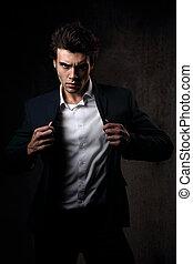 sombre, style, mode, chemise, poser, modèle, charismatic, regarder, arrière-plan., sexy, closeup, tenue, complet, portrait, ombre, mâle, blanc, énergique