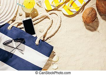 sombrero, bolsa de playa, gafas sol, y, vidrio, de, agua del coco, en, un, playa tropical