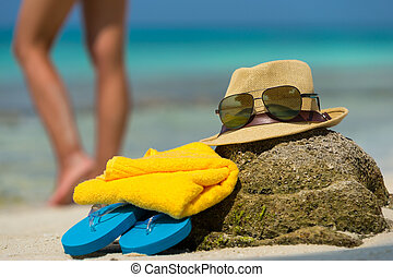 sombrero de paja, toalla, playa, gafas sol, y, fracasos de tirón, en, un, tropical