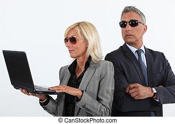 sombrio, maduras, par empresarial, com, um, laptop