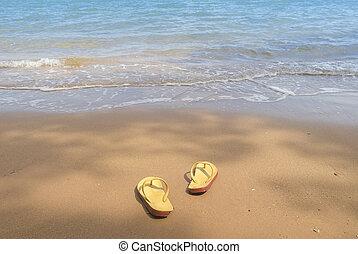 sommar ferier, concept--orange, flipflops, på, a, sandig, ocean, strand