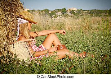 sommar, kvinna avkopplande, ung, fält, utomhus