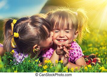 sommar, litet, family., flickor, tvilling, skratta, utomhus, sisters, kyssande, lycklig