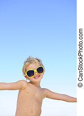 sommar, portrait:, lycklig, barn, med, solglasögon