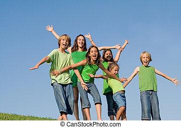 sommar skämtar, grupp, läger, skrikande, sjungande, eller, lycklig