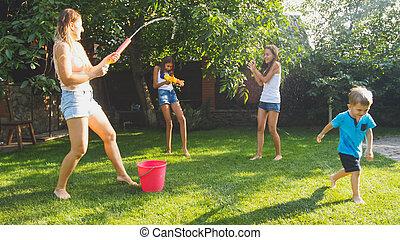 sommar, trädgård, familj, hus, avbild, barn, vatten gevär, utomhus, nöje, bakgård, leka, ha, hose., lycklig
