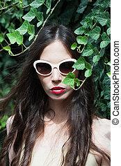 sommar, utomhus, solglasögon, nymodig, ung kvinna, stående, dag