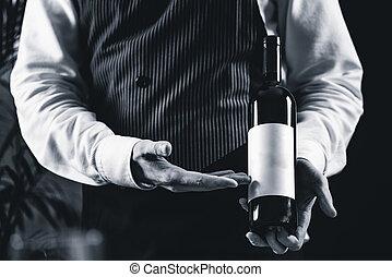 sommelier, met, fles van wijn