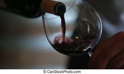 sommelier, vin versant, dans, verre