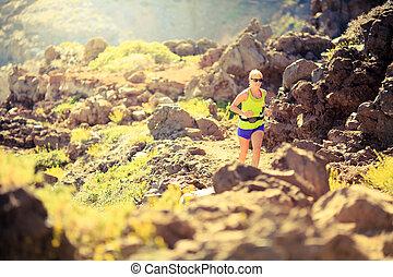 sommer, frau, berge, rennender , sonnenuntergang, glücklich