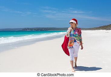 sommer, gehen, santa, sonne, weibliche , sandstrand, weihnachtshut
